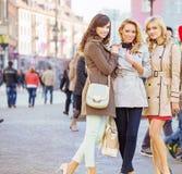 3 женских друз в старом городке Стоковое Изображение RF