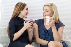 2 женских друз говоря и смеясь над совместно Стоковое фото RF
