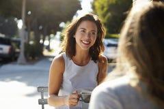 2 женских друз говоря над кофе вне кафа Стоковые Фото