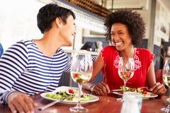 2 женских друз есть на ресторане Стоковое Изображение