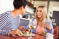 2 женских друз есть на ресторане Стоковое Изображение RF