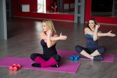 2 женских друз делают тренировки фитнеса Стоковая Фотография RF