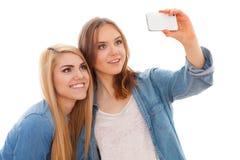 2 женских друз делая selfie Стоковая Фотография
