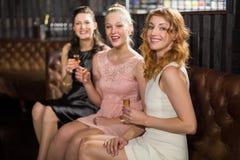 3 женских друз имея текила в баре Стоковые Фотографии RF