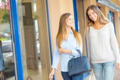 2 женских друз идя в улицу Стоковое фото RF