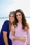 2 женских друз на береговой линии Стоковые Изображения RF