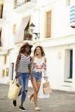2 женских друз на покупках каникул в Ibiza, вертикальном Стоковые Фото