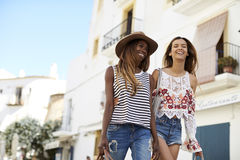 2 женских друз на празднике идя, Ibiza, взгляд низкого угла Стоковая Фотография RF