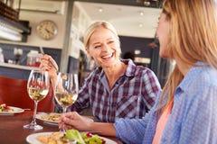 2 женских друз на ресторане Стоковые Фото