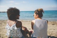 2 женских друз на смеяться над пляжа Стоковые Изображения RF
