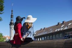 2 женских друз нежно держа руки совместно Стоковые Изображения RF