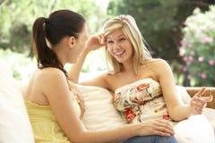 2 женских друз ослабляя на софе Стоковое фото RF