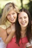 2 женских друз ослабляя совместно Стоковая Фотография