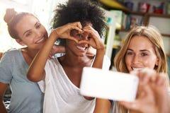 3 женских друз принимая Selfie пока делающ завтрак Стоковая Фотография
