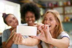 3 женских друз принимая Selfie пока делающ завтрак Стоковые Изображения