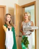 2 женских друз приходя домой Стоковое Изображение RF