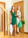 2 женских друз приходя домой Стоковые Изображения