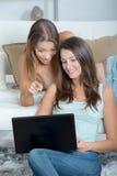 2 женских друз просматривая интернет Стоковое фото RF