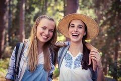 2 женских друз стоя вместе с рукой вокруг Стоковые Изображения