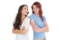 2 женских друз стоя при пересеченные оружия Стоковое Фото