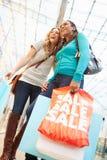 2 женских друз с сумками в торговом центре Стоковое Изображение RF