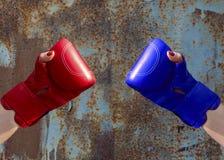 2 женских руки в красных и голубых перчатках бокса Стоковое фото RF