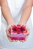 2 женских руки держа коробку настоящего момента Стоковые Изображения