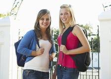2 женских студента колледжа стоя внешний строб Стоковые Изображения RF