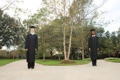 2 женских студент-выпускника выбирая путь Стоковые Фотографии RF