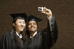 2 женских студент-выпускника принимая фотоснимок Стоковая Фотография