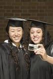 2 женских студент-выпускника принимая фотоснимок Стоковые Фотографии RF