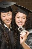 2 женских студент-выпускника принимая фотоснимок Стоковые Изображения