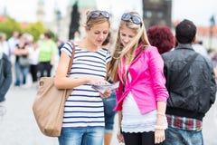 2 женских туриста идя вдоль Карлова моста Стоковые Изображения