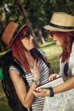 2 женских туриста просматривая карту Стоковое Изображение