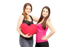2 женских лучшего друга стоя близко друг к другу и держа re Стоковые Изображения RF
