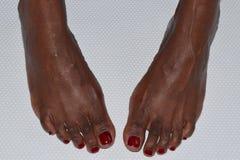 2 женских фута с красным маникюром Стоковая Фотография RF