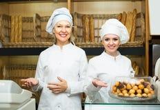 2 женских хлебопека в хлебопекарне Стоковые Фото