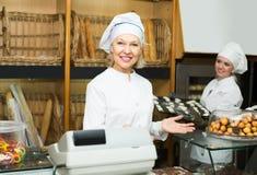 2 женских хлебопека в хлебопекарне Стоковое Изображение RF