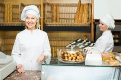 2 женских хлебопека в хлебопекарне Стоковые Изображения