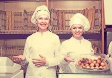 2 женских хлебопека в хлебопекарне Стоковое фото RF