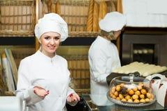 2 женских хлебопека в хлебопекарне Стоковое Фото