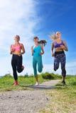 3 женских Joggers бежать совместно outdoors Стоковые Изображения RF