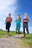3 женских Joggers бежать совместно outdoors Стоковое Изображение RF
