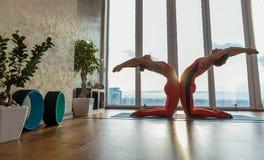 2 женских yogis создавая красивую форму их тела Стоковые Фото