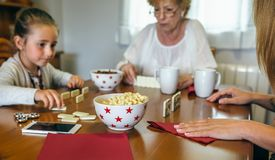 3 женского поколения играя домино Стоковое Фото