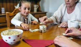 3 женского поколения играя с домино Стоковое фото RF