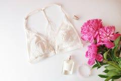 Женское бельё женщины с аксессуарами и коллажем цветков на белизне, плоском положении, взгляд сверху Стоковые Изображения RF