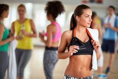 Женское брюнет с полотенцем на спортзале Стоковое Изображение RF