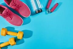 Женское взгляд сверху ботинок и оборудования спорта, космос экземпляра Активный образ жизни, концепция заботы тела Стоковое Фото