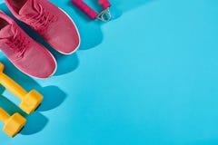 Женское взгляд сверху ботинок и оборудования спорта, космос экземпляра Активный образ жизни, концепция заботы тела Стоковые Фото